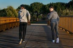 Deux amis dans des vêtements de sport Photographie stock libre de droits
