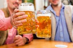 Deux amis dans le pub bavarois Photos stock