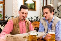 Deux amis dans le pub bavarois Image libre de droits