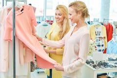 Deux amis dans un magasin d'habillement Photos stock