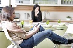 Deux amis dans une cuisine Image libre de droits