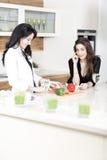 Deux amis dans une cuisson de cuisine Image stock
