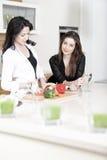 Deux amis dans une cuisson de cuisine Photo libre de droits
