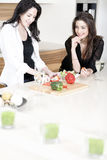 Deux amis dans une cuisson de cuisine Photographie stock libre de droits