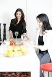 Deux amis dans une cuisson de cuisine Photo stock
