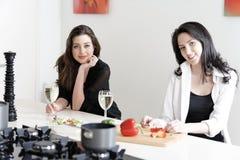 Deux amis dans une cuisson de cuisine Images stock
