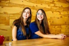 Deux amis de barman dans un sourire de café Photographie stock libre de droits