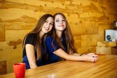 Deux amis de barman dans un sourire de café Image stock