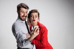 Deux amis de collègues prenant le selfie avec l'appareil-photo de téléphone Images libres de droits