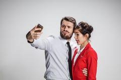 Deux amis de collègues prenant le selfie avec l'appareil-photo de téléphone Photo stock