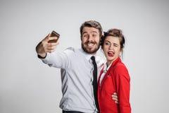 Deux amis de collègues prenant le selfie avec l'appareil-photo de téléphone Photographie stock libre de droits