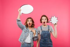 Deux amis de dames choqués tenant des bulles de la parole Photographie stock libre de droits