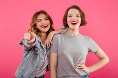 Deux amis de dames enthousiastes indiquant vous Photo libre de droits