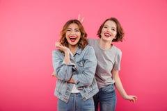 Deux amis de dames se tenant d'isolement ont l'amusement Photographie stock