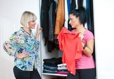 Deux amis de femme choisissant des vêtements Photo stock