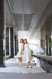Deux amis de femme faisant des emplettes ensemble et parlant Image stock