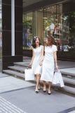 Deux amis de femme faisant des emplettes ensemble et parlant Photos stock