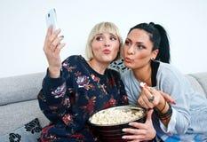 Deux amis de femme faisant la photo de selfie Images libres de droits