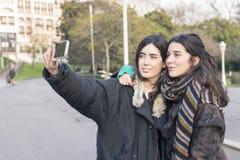Deux amis de femme faisant le selfie Photo libre de droits