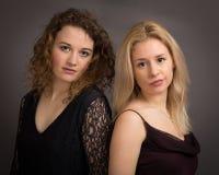 Deux amis de femme habillés pour faire la fête Images stock