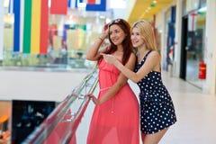 Deux amis de femme traînant Photos libres de droits