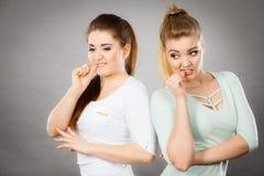 Deux amis de femmes étant effrayés et inquiétés Photo stock