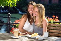 Deux amis de femmes étreignant et riant Image libre de droits