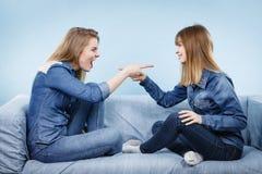 Deux amis de femmes ayant de conversation étrange Image libre de droits