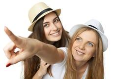 Deux amis de femmes ayant l'amusement. Photo libre de droits