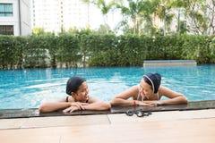 Deux amis de femmes ayant l'amusement ensemble dans le regroupement Photographie stock libre de droits
