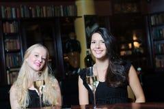 Deux amis de femmes buvant à un hôtel haut de gamme Image libre de droits