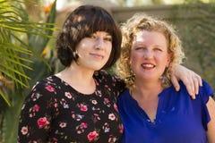 Deux amis de femmes partageant le temps et espace Photographie stock libre de droits