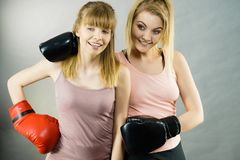 Deux amis de femmes portant des gants de boxe Photos stock