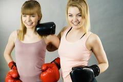 Deux amis de femmes portant des gants de boxe Photos libres de droits