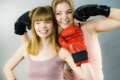 Deux amis de femmes portant des gants de boxe Image libre de droits