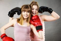 Deux amis de femmes portant des gants de boxe Photo libre de droits
