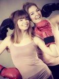 Deux amis de femmes portant des gants de boxe Photo stock