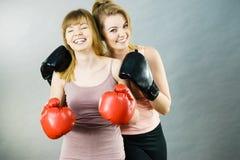 Deux amis de femmes portant des gants de boxe Photographie stock libre de droits
