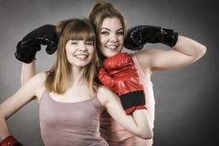 Deux amis de femmes portant des gants de boxe Image stock