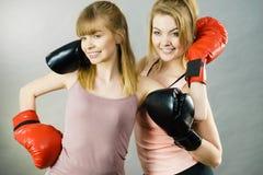 Deux amis de femmes portant des gants de boxe Photographie stock