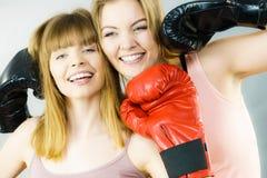 Deux amis de femmes portant des gants de boxe images libres de droits