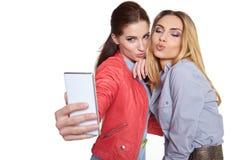 Deux amis de femmes prenant le selfie avec le smartphone Images libres de droits