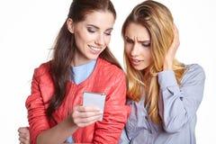 Deux amis de femmes prenant le selfie avec le smartphone Images stock