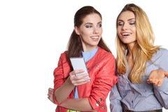 Deux amis de femmes prenant le selfie avec le smartphone Photo libre de droits