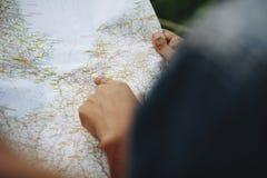 Deux amis de femmes regardant une carte concept voyagent ensemble et de travaux d'équipe Photographie stock