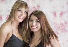 Deux amis de femmes riant avec les dents blanches parfaites image stock