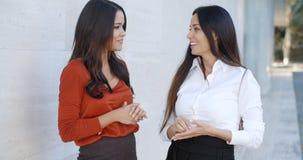 Deux amis de femmes se tenant causants Image stock