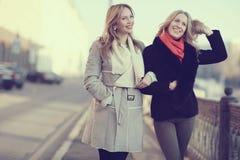 Deux amis de femmes voyageant dans la ville Photo stock