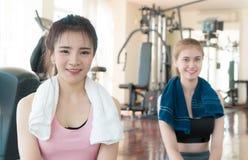 Deux amis de forme physique s'asseyant dans le gymnase Photo stock