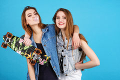 Deux amis de hippie de jeune fille se tenant ensemble Image stock